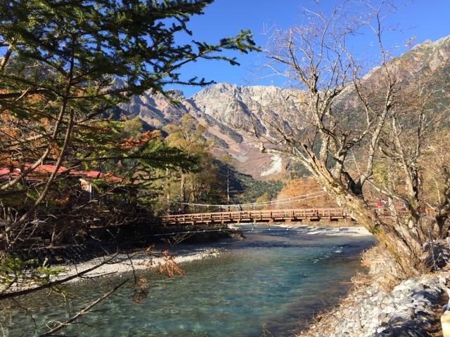 透明度の高い水景(梓川)に超感動!!国の文化財の山岳リゾート「上高地」へギリギリの紅葉を見に行ってきた!